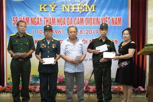 Tặng quà cho nạn nhân chất độc da cam/dioxin