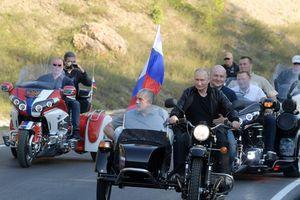 Tổng thống Putin lái sidecar cùng đội Sói Đêm tại Crimea