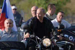 Tổng thống Putin lái xe phân khối lớn cực 'chất' ở Crimea