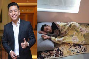 Bất ngờ với hình ảnh Tuấn Hưng nằm sàn nhà khi đi chăm vợ mới sinh