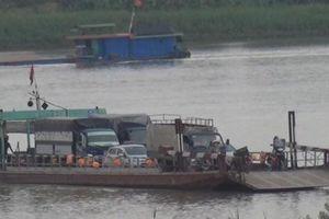 'Rợn tóc gáy' trên những chuyến phà ngang sông Hồng mùa mưa bão