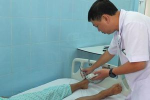 Phẫu thuật 'quả bom nổ chậm' dính cột sống bệnh nhân