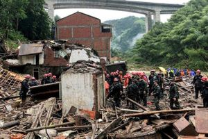 Kinh hoàng siêu bão Lekima kéo sập nhà cao tầng ở Trung Quốc