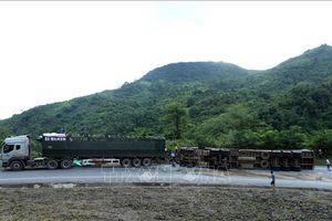 Điện Biên: Lật xe đầu kéo chở gạo trên Quốc lộ 279