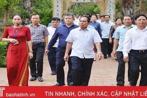 Phó Thủ tướng Chính phủ Lào dâng hương Khu lưu niệm Nguyễn Du và Ngã ba Đồng Lộc
