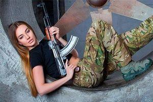 Súng AK uy lực bên các phụ nữ đẹp