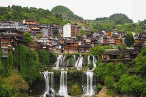 Lạc giữa cổ trấn ma mị nghìn năm tuổi, cheo leo trên thác ở Trung Quốc