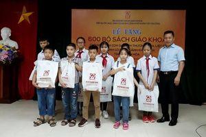 Thanh Hóa: Trao tặng sách, đồ dùng học tập cho học sinh vùng lũ Quan Sơn