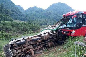 Xe khách giường nằm tông xe tải lúc 2h sáng, ít nhất 2 người tử vong