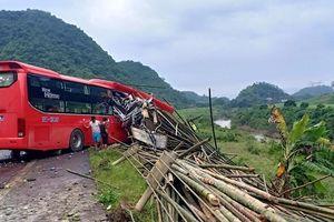 Xe khách lao vào xe tải chở luồng ở Hòa Bình, 2 người chết
