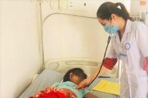 Hàng chục học sinh nhập viện nghi do ngộ độc thực phẩm