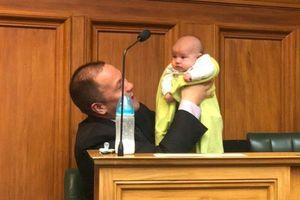 Cư dân mạng ngợi khen Chủ tịch Hạ viện New Zealand cho trẻ ti sữa tại Quốc hội