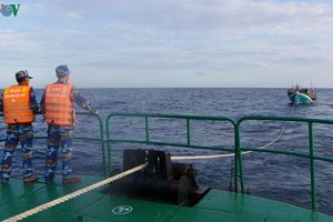 Tàu Hải quân lai kéo thành công tàu cá Kiên Giang bị hỏng máy vào bờ