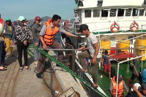 Đưa 13 ngư dân gặp nạn ở Trường Sa vào bờ