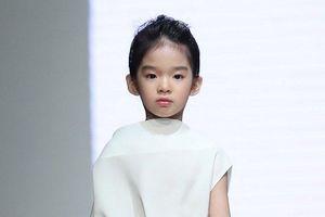 Không có mẹ bên cạnh, con gái Xuân Lan vẫn tự tin trình diễn mở màn cho NTK Đỗ Mạnh Cường