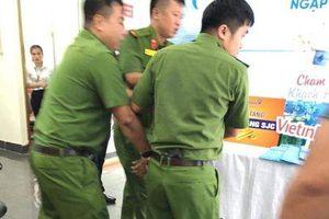 Bắt giữ nam thanh niên cầm kiếm xông vào ngân hàng Vietinbank cướp tiền