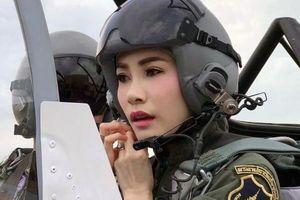 Hoàng Quý phi Thái Lan dậy sóng với màn bắn súng, lái máy bay, nhảy dù...