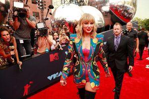 Taylor Swift diện bodysuit đọ dáng cùng dàn mỹ nhân trên thảm đỏ VMAs