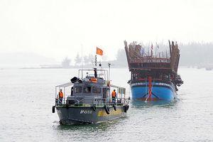 Lai dắt vào bờ an toàn một tàu cá ngư dân Quảng Nam bị hỏng máy trên biển