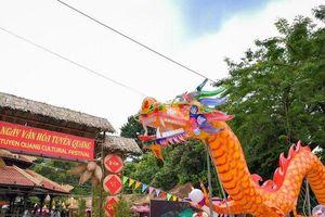 Cận cảnh 2 xe đèn Trung thu khổng lồ xuất hiện giữa đường phố Hà Nội
