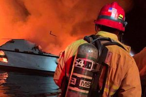 Hàng chục người thiệt mạng và mất tích trong vụ cháy tàu ngoài khơi bang California
