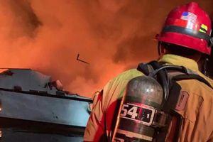 Tàu du lịch Mỹ bốc cháy, 8 người chết và hàng chục người còn mất tích