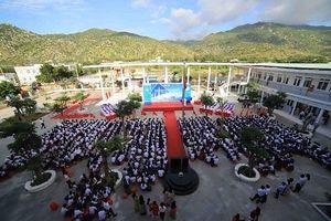 Học sinh xã nghèo khai giảng trên ngôi trường mới