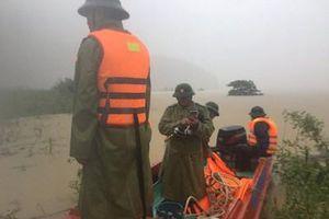 Lật thuyền chở đoàn lãnh đạo huyện đi thị sát lũ, 6 người gặp nạn trên sông Gianh