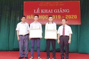 Tặng giấy khen cho 2 nam sinh dũng cảm cứu người giữa dòng nước lũ