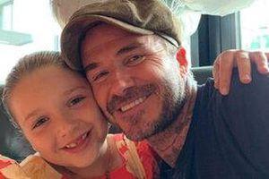 Trang phục cưới năm xưa của vợ chồng Beckham bị cô con gái út trêu chọc tại buổi lễ thu hút sự chú ý của fans