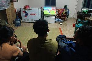 Ngập gần tới nóc nhà, dân vùng lũ vẫn đi xem trận bóng VN - Thái Lan