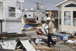 Lốc xoáy hủy diệt của bão Dorian tiến đến Mỹ, nhà cửa hóa đống đổ nát