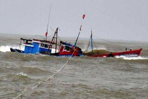 Cứu sống 4 thuyền viên trong vụ lật tàu cá 1 người chết, 5 người mất tích