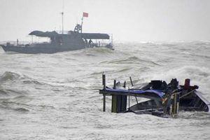 Cứu sống 4 thuyền viên Nghệ An trong vụ chìm tàu ở Quảng Bình