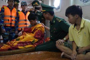 4 thuyền viên thoát chết thần kỳ sau 25 giờ bám ván gỗ, trôi dạt trên biển