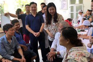 Chủ tịch Ủy ban MTTQ TP Hà Nội thăm hỏi gia đình bị ảnh hưởng bởi vụ cháy Công ty Rạng Đông