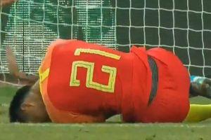 Cầu thủ U22 Trung Quốc rời sân trên cáng trong trận gặp Việt Nam