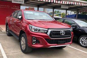 Toyota Hilux giảm giá 30 triệu, thêm phiên bản 1 cầu