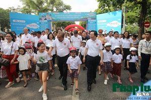 Gần 4000 em nhỏ đi bộ vận động toàn dân 'Đội mũ bảo hiểm cho trẻ em'