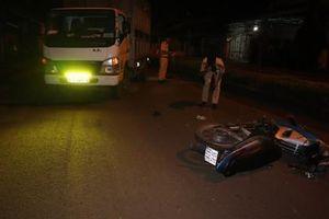 2 xe máy đâm liên tiếp vào xe tải khiến 2 người thiệt mạng