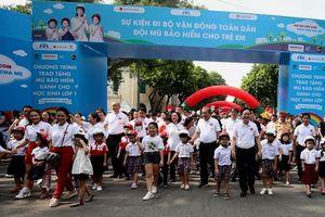 Đi bộ vận động toàn dân đội mũ bảo hiểm cho trẻ em