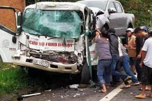 Xe cứu hộ tông ô tô tải, người dân phá cửa cứu tài xế mắc kẹt trong cabin