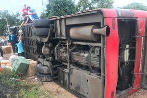 Lật xe khách, ba người bị thương