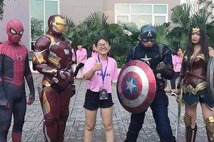 Anh chị khóa trên chơi lớn khi cosplay Avengers chào tân sinh viên