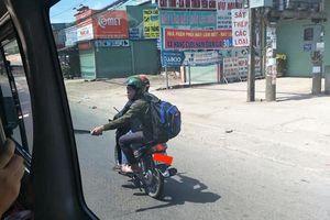 Hà Nội: Hai thanh niên vừa đi xe máy vừa 'múa kiếm'