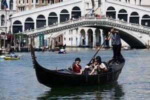 Cảnh sát Italia vất vả xử phạt du khách ý thức kém, mang theo vũ khí…