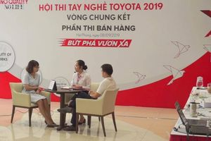 Nhân viên bán hàng Toyota thuyết phục khách hàng khó tính