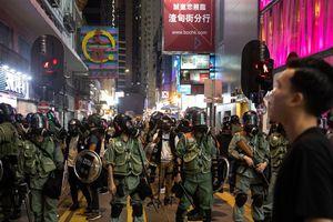 Giữa biểu tình hỗn loạn, Hồng Kông đón loạt tin xấu
