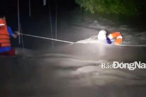 Giải cứu thành công 4 người đi ô tô bị lũ cuốn trong đêm