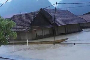 Quảng Bình: Nhiều hộ dân bị sạt lở đến móng nhà do mưa lũ